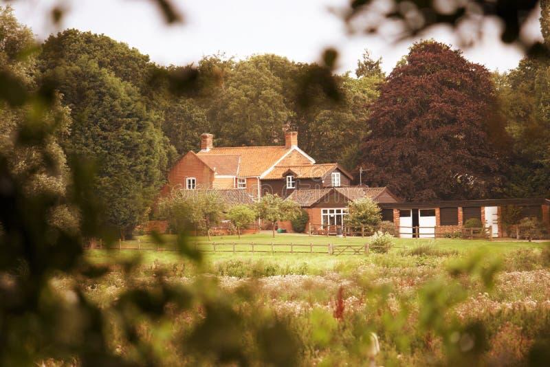 Download уединенный деревенский дом стоковое изображение. изображение насчитывающей сады - 18387869