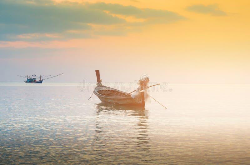 Уединённая рыбацкая лодка над горизонтом берега моря стоковые изображения