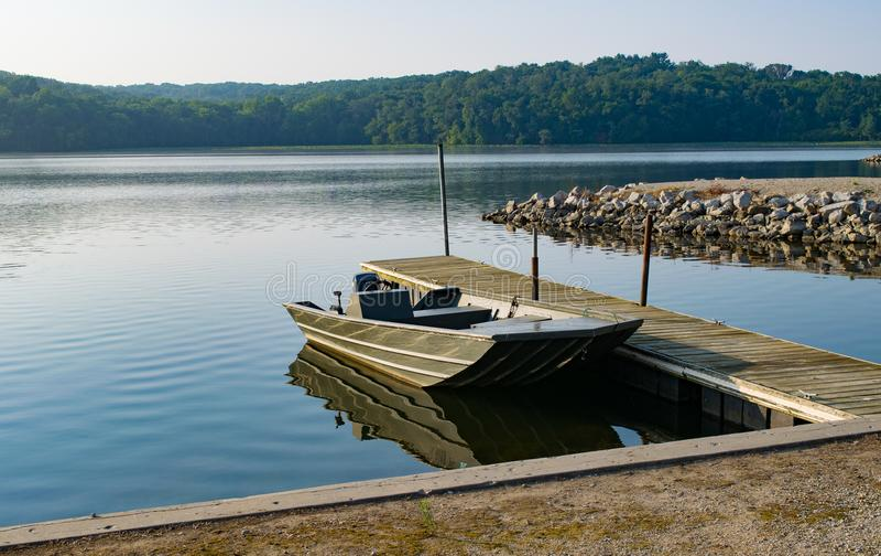 Уединённая рыбацкая лодка на парке штата Wapello озера в Айове стоковое фото rf