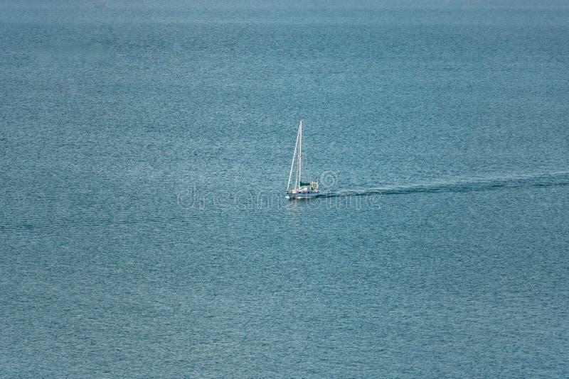 Уединённая шлюпка на океане с космосом экземпляра стоковое фото rf
