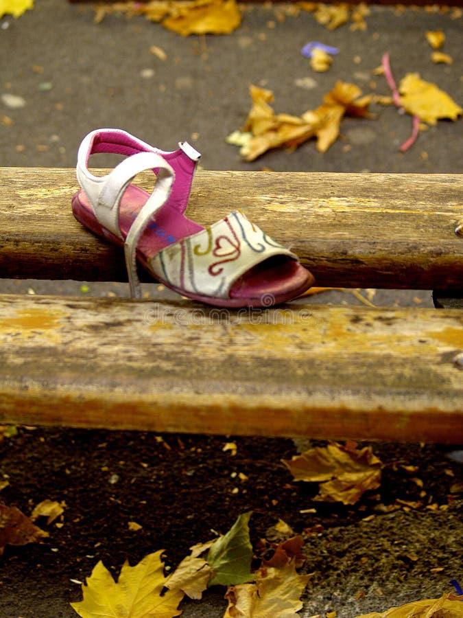Уединённый ботинок среди листьев осени потерявшийся ребенок стоковые фотографии rf