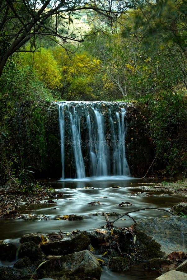 Уединённый испанский водопад в лесе Canillias De Albaida выдержка длиной стоковая фотография rf