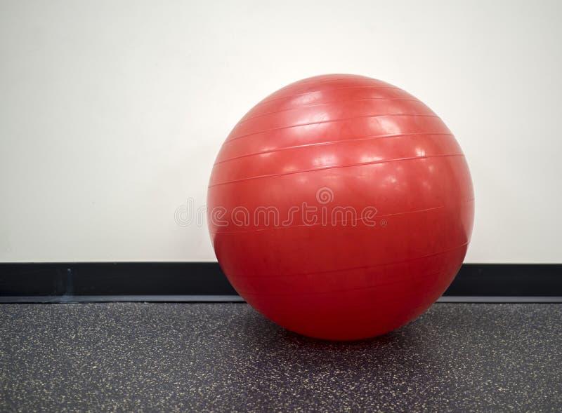 уединённый красный шарик тренировки в спортзале стоковые фото
