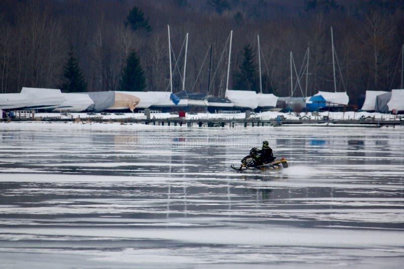 Уединённый снегоход на замороженном озере стоковая фотография