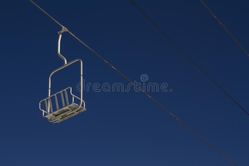 Уединённый Chairlift лыжи с голубым небом стоковое изображение rf