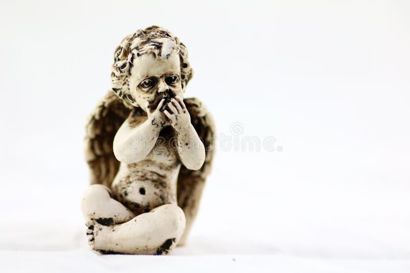 Уединённое усаживание ангела стоковые фото