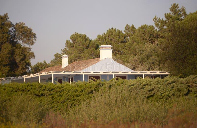 Уединённый дом, летние каникулы, заход солнца стоковое изображение rf