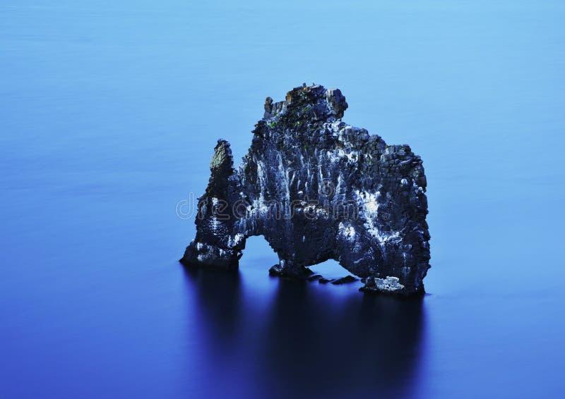 Уединённый утес в море стоковое фото