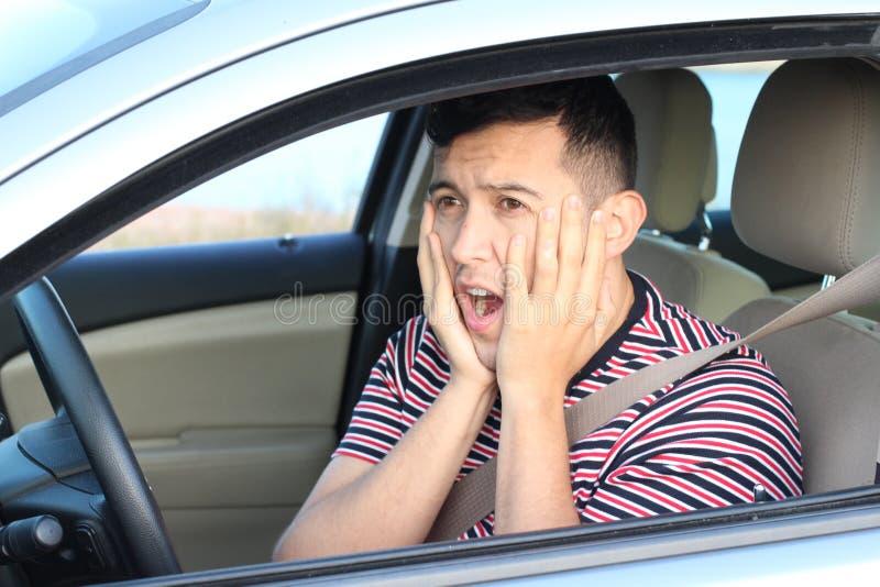 Ужаснутое молодое мужское чувство водителя виновное стоковое фото