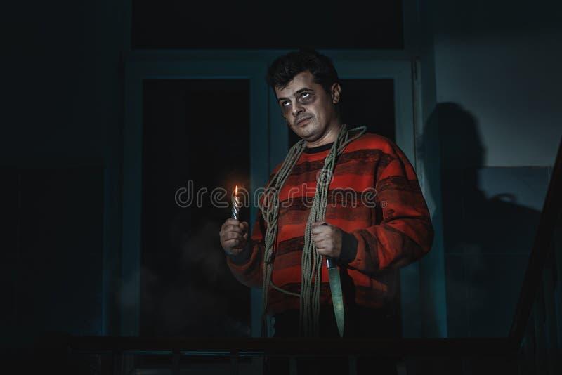 Ужасный человек с ножом стоковые изображения