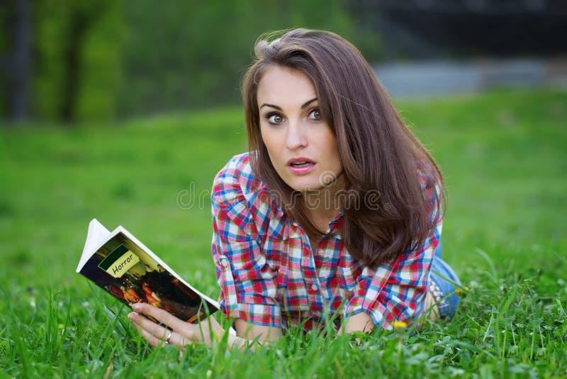 Ужасы чтения стоковая фотография