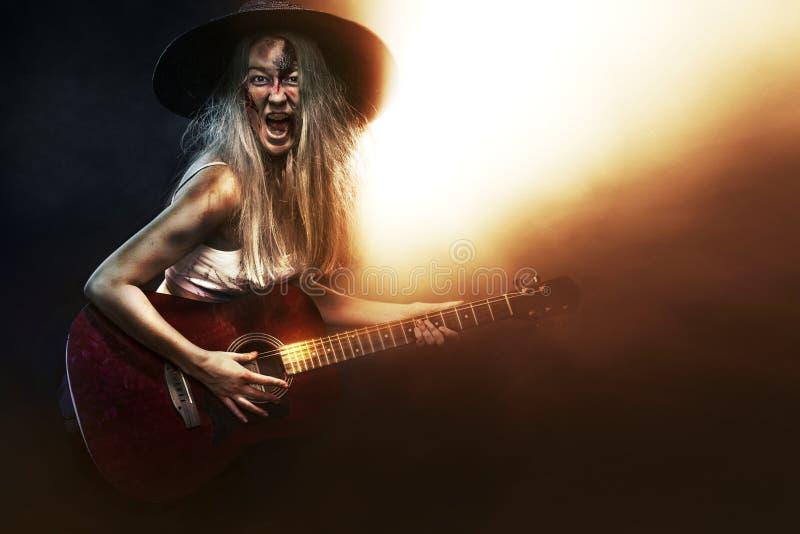 ужас Мертвый музыкант, страшное зомби играя на гитаре в хеллоуине стоковое изображение