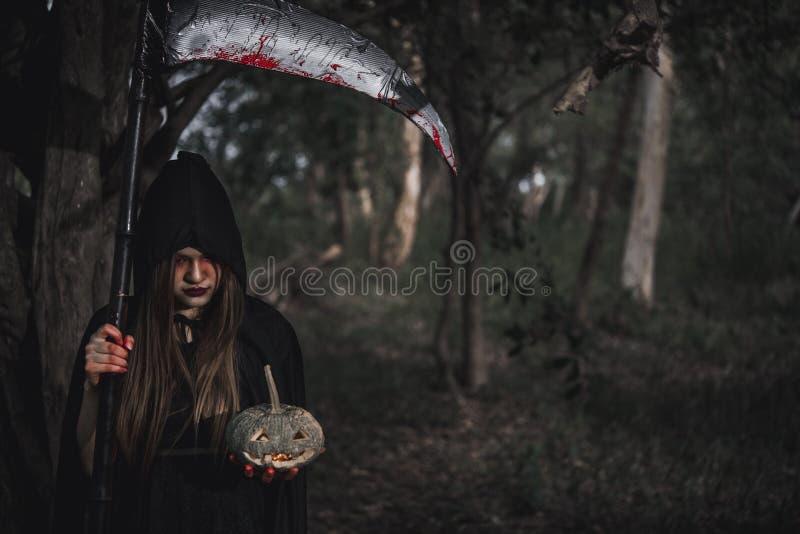 Ужас призрака женщины она имеет косу и тыкву в наличии в лесе стоковая фотография rf
