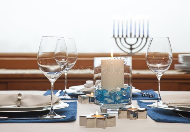 Ужинный стол, украшенный для Хануки Традиционные еврейские праздники украшали декор стоковое изображение