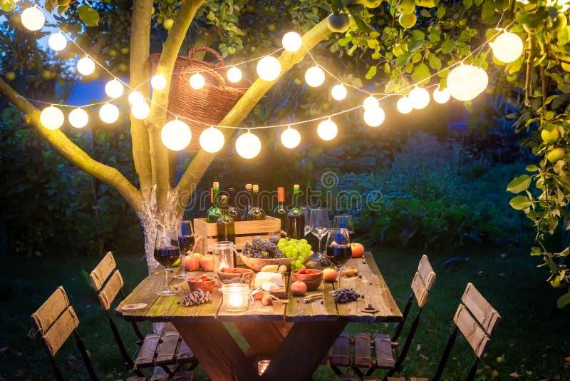Ужин с вкусными закусками и вином в вечере стоковое фото