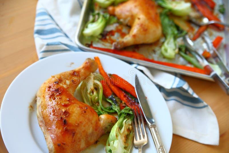 Ужин цыпленка лотка листа при служат часть, который стоковая фотография rf
