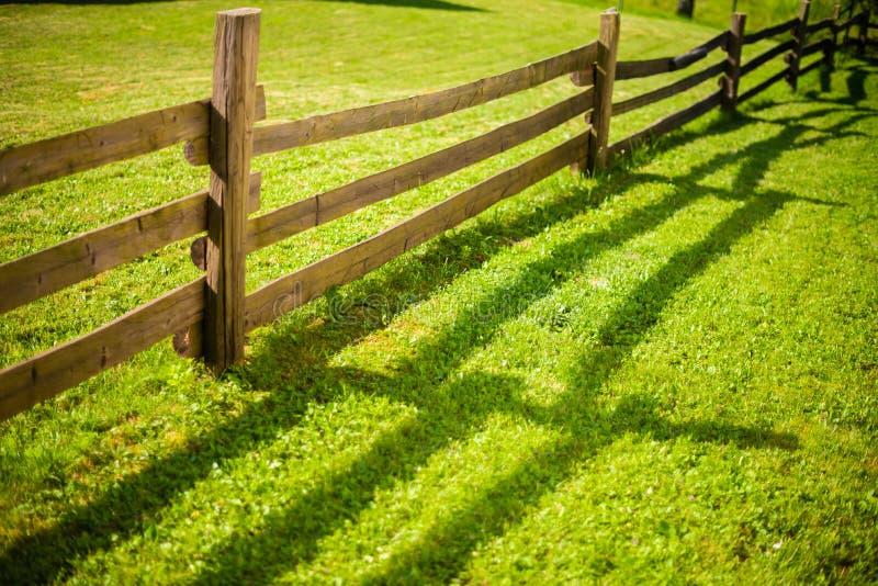 лужок загородки зеленый деревянный стоковая фотография