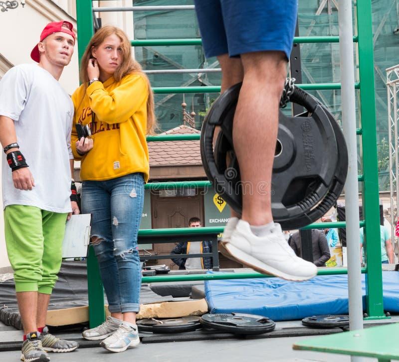 УЖХОРОД, УКРАИНА - 28 СЕНТЯБРЯ 2019 ГОДА: Неизвестный спортсмен выступает во время уличного тренировочного чемпионата в Ужгороде стоковое изображение