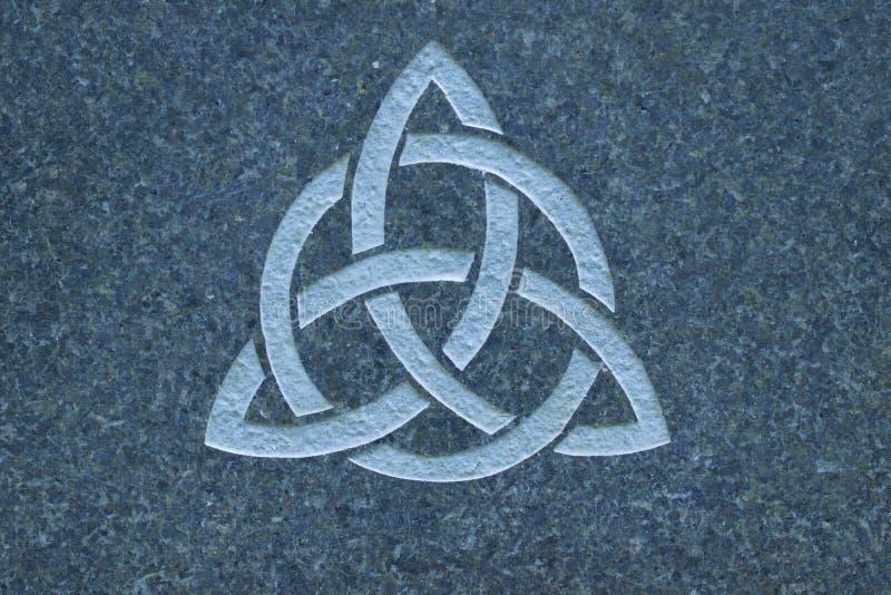 Узел Triquetra/троицы на каменной поверхности стоковое изображение