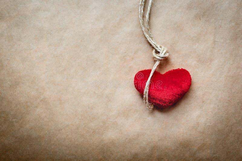 Узел палача концепции с сердцем красного цвета плюша стоковые фото