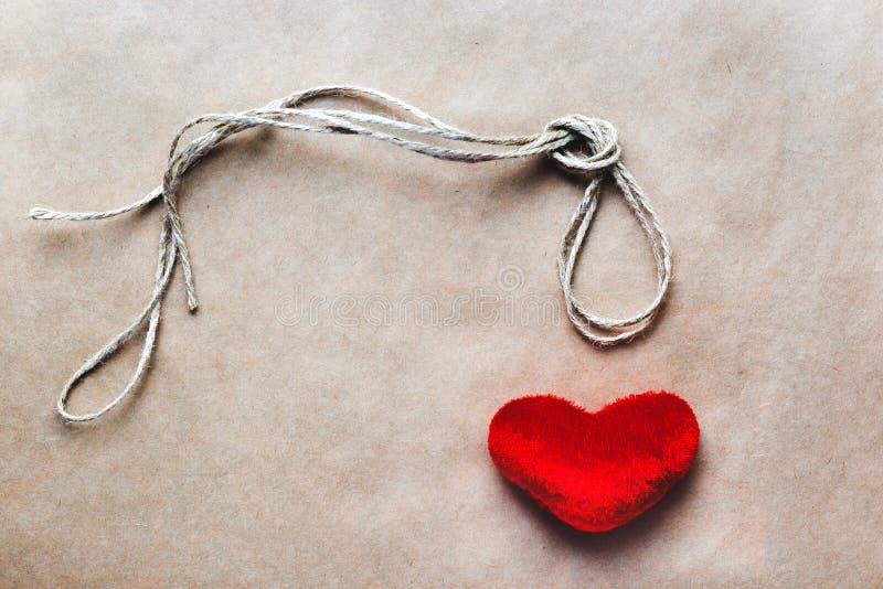 Узел палача концепции с сердцем красного цвета плюша стоковое фото