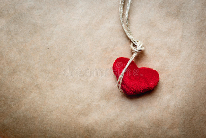 Узел палача концепции с сердцем красного цвета плюша стоковая фотография