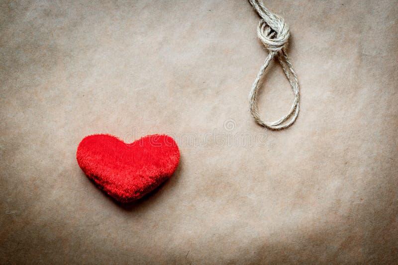 Узел палача концепции с сердцем красного цвета плюша стоковые фотографии rf