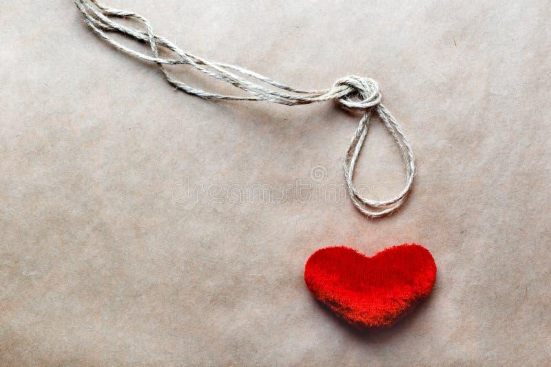 Узел палача концепции с сердцем красного цвета плюша стоковое фото rf