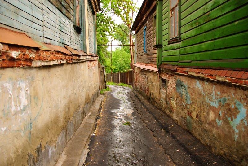 Узкая влажная улица между старыми домами на городе Владимира, России стоковые фото