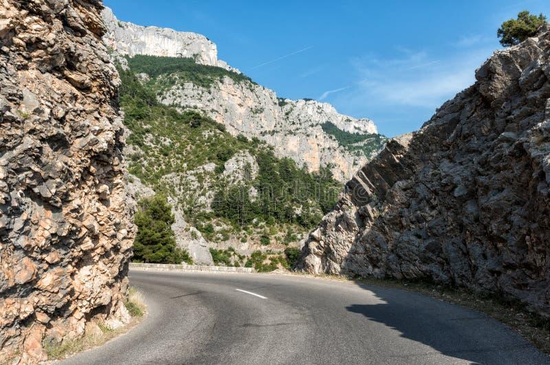 Узкая извилистая дорога вдоль национального парка ущелья Вердон, популярное туристское назначение в Провансали, Франции стоковая фотография rf