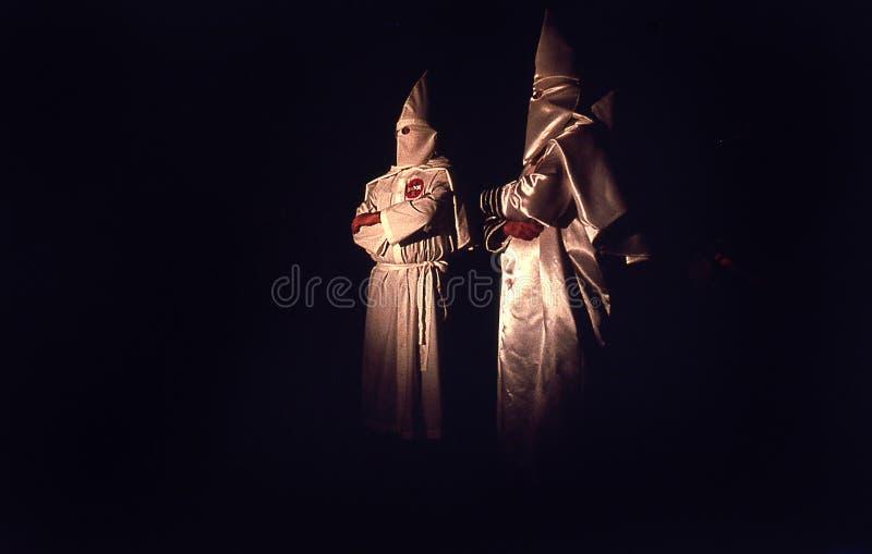 Узкая полоска земли, Флорида, Соединенные Штаты - около 1995 - члены церемонии 2 ночи Ку Клух Клан KKK в белых робах, клобуках стоковое фото
