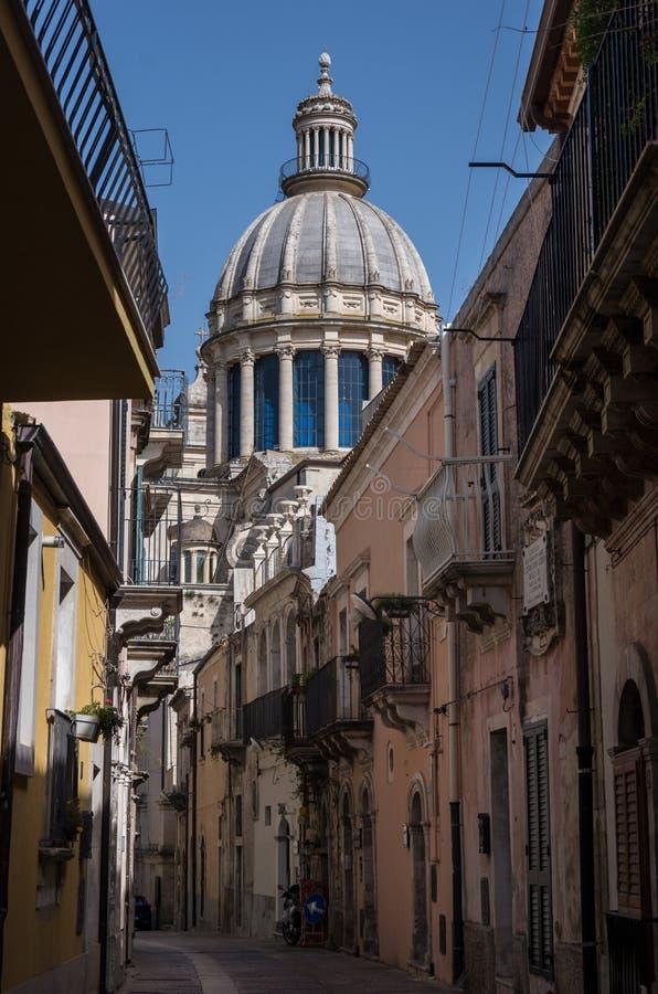 Узкая сценарная улица в Рагузе, Сицилии, Италии с старым таунхаусом стоковое изображение
