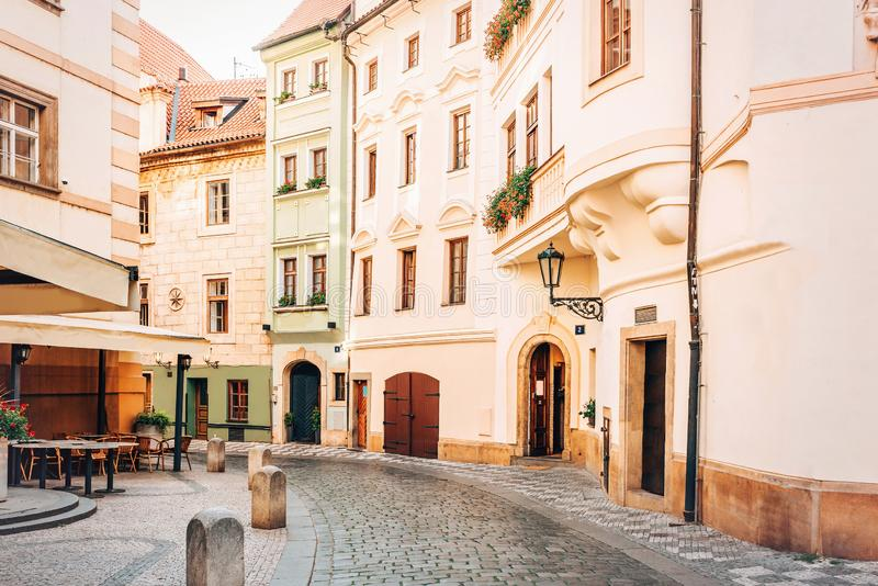 Узкая улица булыжника в старом городке Праге стоковые фото