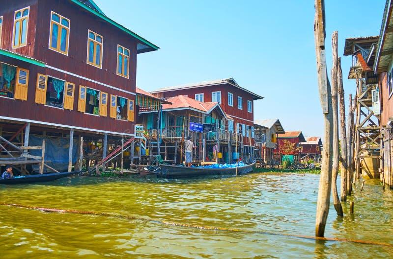 Узкая улица воды деревни Inpawkhon на озере Inle, Myanm стоковые фотографии rf