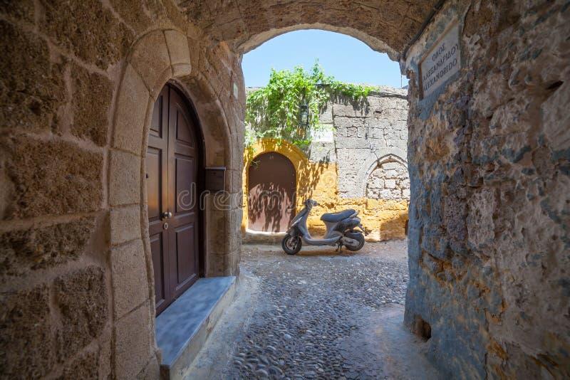 Узкая улица в старом городке Родосе стоковое изображение