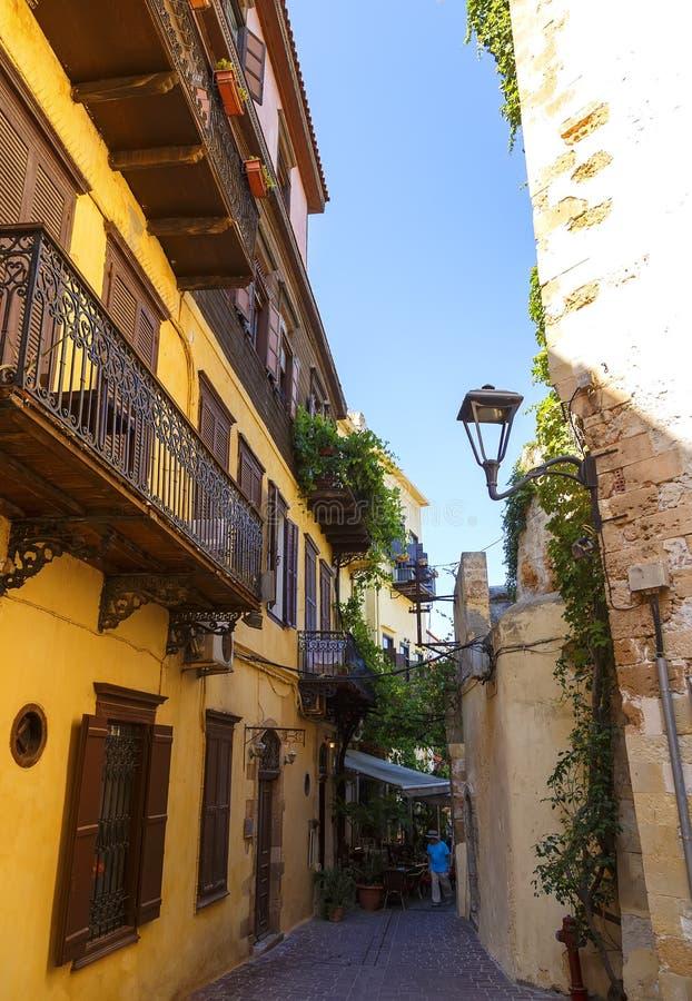 Узкая улица в старом городке Chania, с красочными зданиями, Крит, Греция стоковые фото
