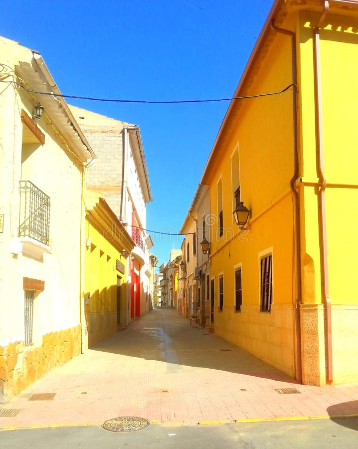 Узкая улица в Elda стоковое фото