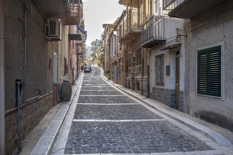 Узкая улица Lascari в Сицилии, Италии стоковые фотографии rf
