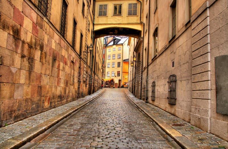 узкая улица stockholm стоковые изображения rf