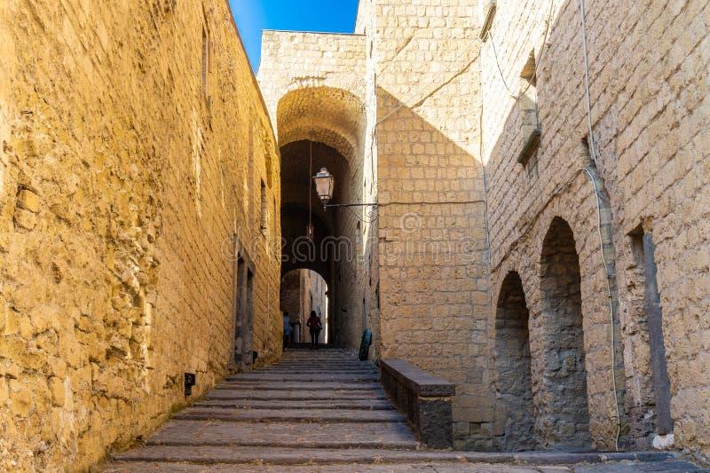 """Узкая улочка в Dell """"Ovo Castel в Неаполь стоковые фотографии rf"""