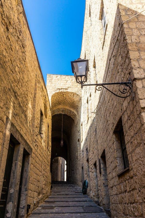 """Узкая улочка в Dell """"Ovo Castel в Неаполь стоковые фото"""