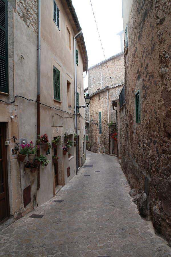 Узкая улочка в Valldemossa, западном побережье, Мальорка стоковое изображение