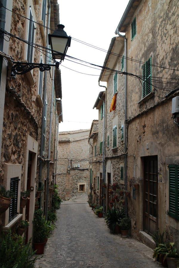 Узкая улочка в Valldemossa, западном побережье, Мальорка стоковая фотография rf