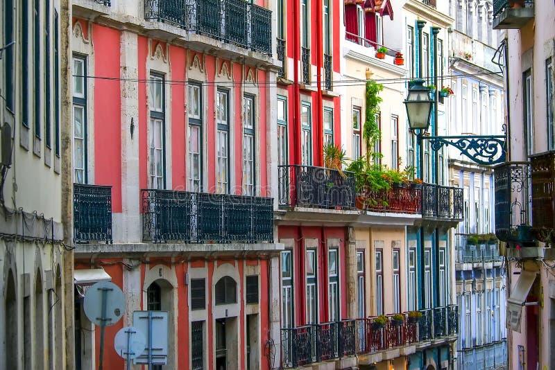 Узкая улочка и дома Лиссабона стоковые фото
