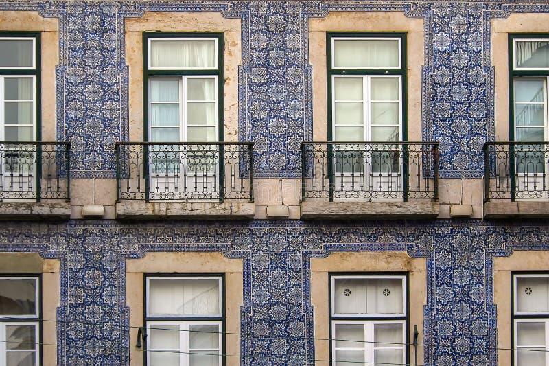 Узкая улочка и дома Лиссабона стоковые фотографии rf