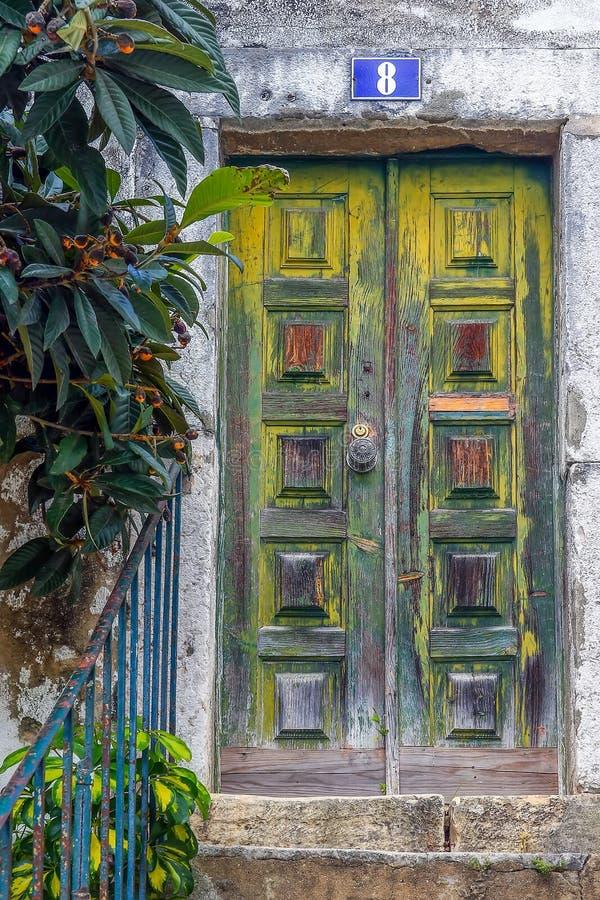 Узкая улочка и дома Лиссабона стоковое изображение