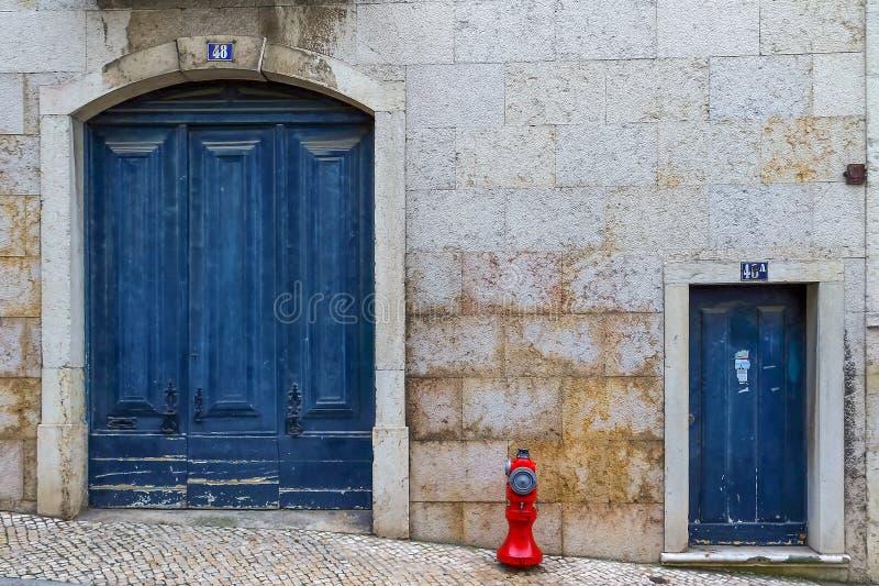 Узкая улочка и дома Лиссабона стоковая фотография rf