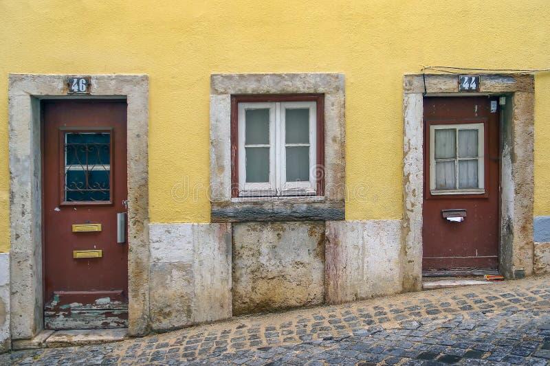 Узкая улочка и дома Лиссабона стоковая фотография