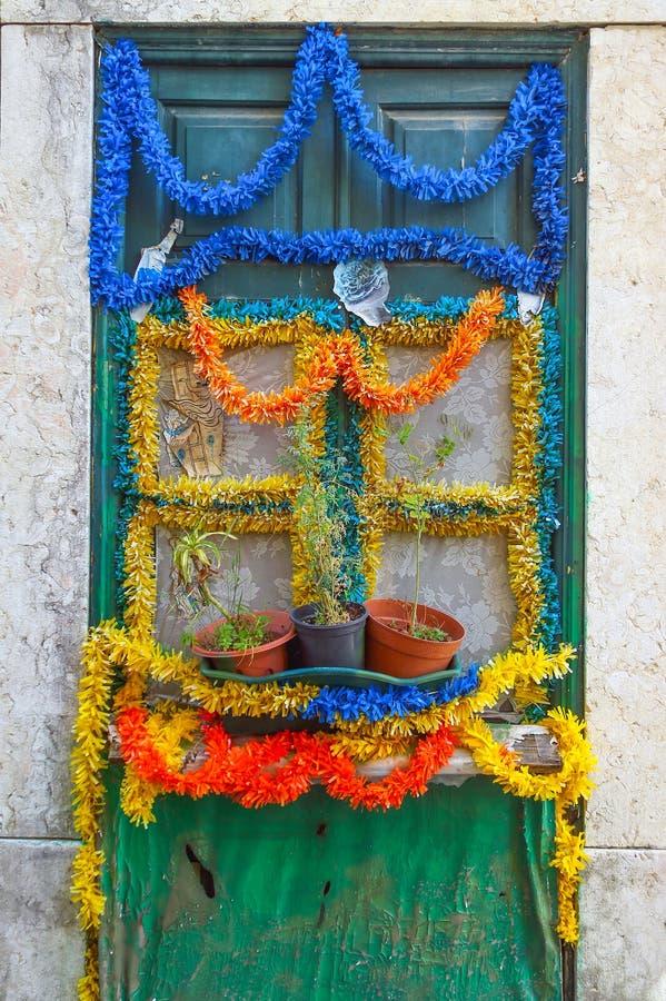 Узкая улочка и дома Лиссабона стоковые изображения rf