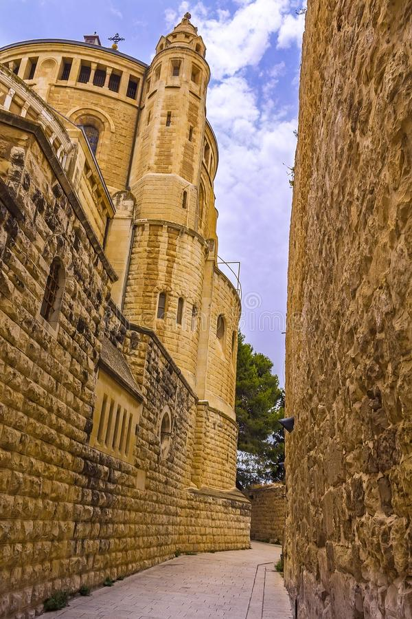 Узкая улочка рядом с церковью на основаниях старого Иерусалима стоковое фото rf